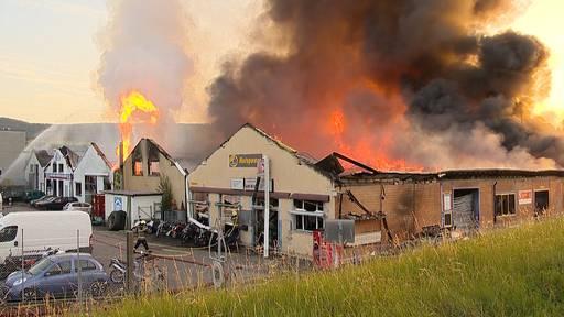 Feuerwehr kämpft gegen Grossbrand in Industriehallen