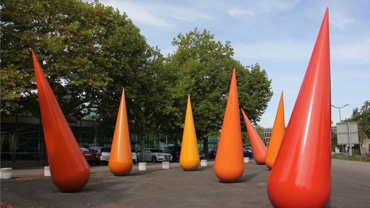 Zwischen der Fachhochschule und der Zürcherstrasse in Windisch sind die sieben Plastiken ein Blickfang. CM