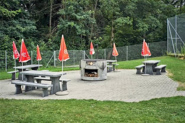 Wer nach dem Baden grillieren will: Grillstelle im Freibad Weihermatt in Urdorf.