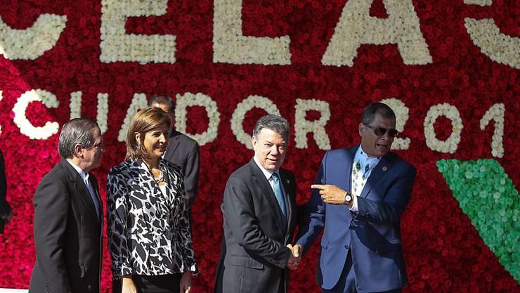Der ecuadorianische Präsident Correa (rechts) empfängt seinen kolumbianischen Amtskollegen Santos (zweiter von rechts) zum Gipfeltreffen.