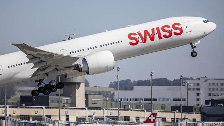 Eine Boeing 777-300 der Swiss am Flughafen Kloten - bald mit neuem Ziel? (Keystone/Christian Merz)