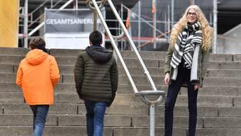 Lara Gutwald am Fuss der Kanti-Treppe: Sie überragt viele der Schüler dort um «mehrere Köpfe».