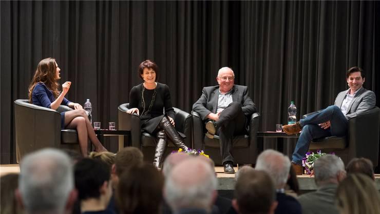 Gute Stimmung auf dem Podium (v.l.): Moderatorin Susanne Wille (Matur 1996), Bundesrätin Doris Leuthard (Matur 1983), Schulleiter Rolf Stadler (Patent 1975), Simon Eugster, Akademischer Rat Universität Stuttgart (Matur 2004).