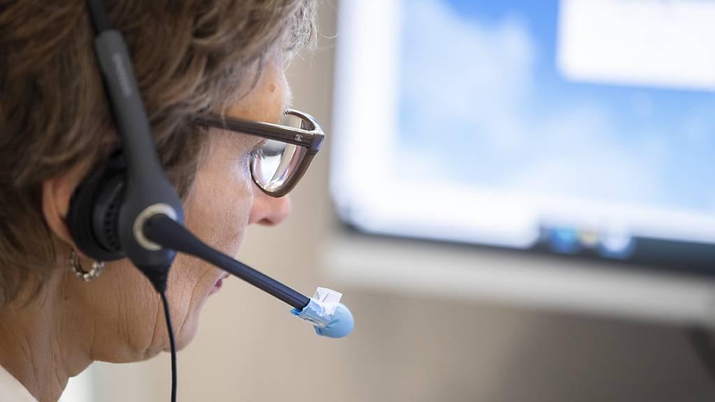 Der Kanton Graubünden schafft im Gesundheitsamt eine eigene Abteilung zur Bewältigung der Covid-19-Epidemie. Unter anderem werden dort Arbeitsplätze für das Contact Tracing eingerichtet. (Symbolbild)