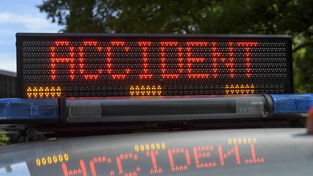Bei einem Verkehrsunfall am Genfersee ist ein Velofahrer ums Leben gekommen.