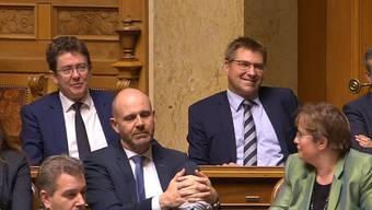 Natürlich mit einem Schmunzeln und mit viel Applaus wird Toni Brunner im Bundeshaus verabschiedet.