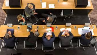 Zwei Knacknüsse – die Sitzung des Einwohnerrats Aarau vom 18. Juni dürfte spannend werden. (Archivbild)