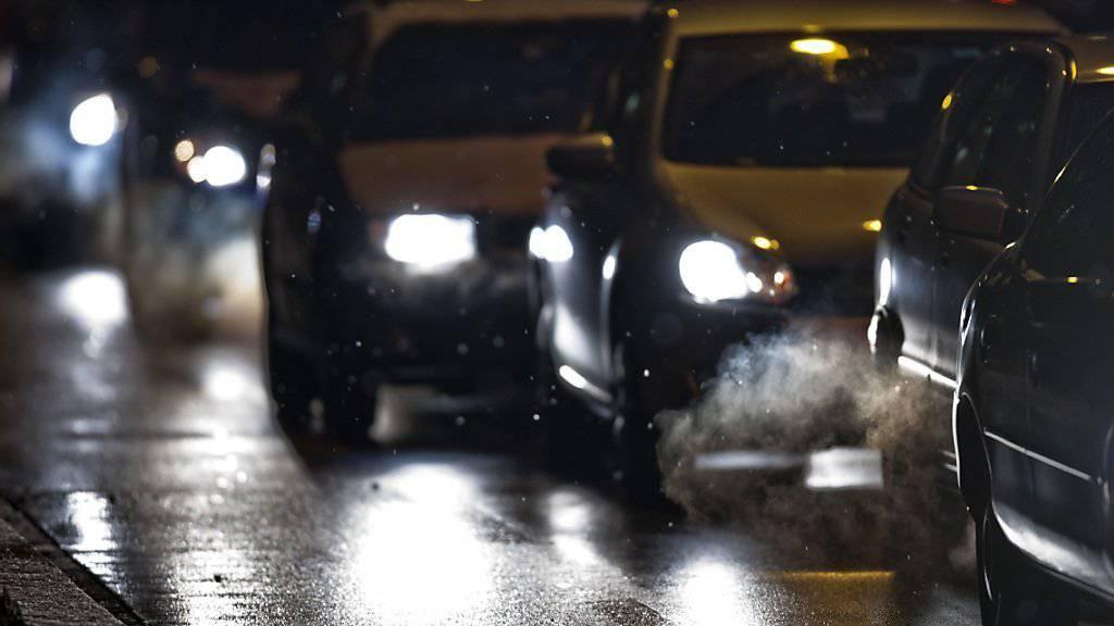 Abblendlicht einschalten bei schlechten Sichtverhältnissen ist obligatorisch. Viele Autofahrer halten sich aber nicht an die Regelung. (Symbolbild)