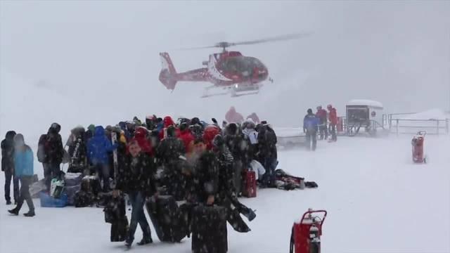 Nicht jeder schafft es mit dem Heli aus Zermatt raus. 500 Lose wurden verteilt. Es wird mindestens den ganzen Dienstag über dauern, bis alle Personen berücksichtigt werden konnten.