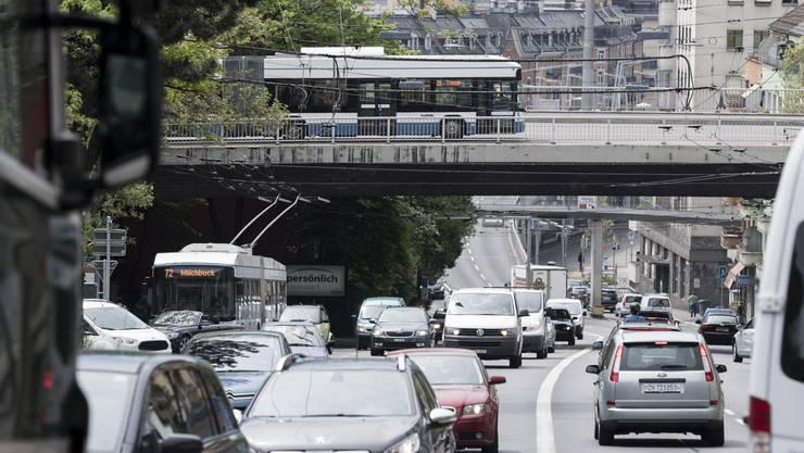 Durchschnittlich 56'000 Fahrzeuge fahren täglich über die Rosengartenstrasse. (Archivbild)