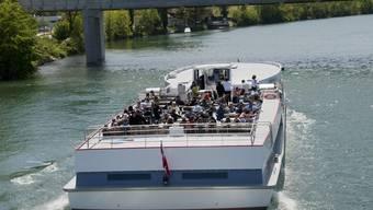 Dank schönem Wetter fährt aktuell das Aareschiff «Rousseau» nach Biel.