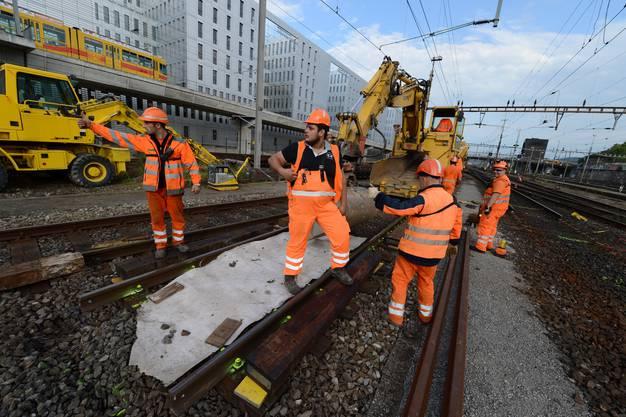 Bevor aber die neuen Schienen mitsamt den Schwellen verlegt werden können, muss die alte Fahrbahn herausgeschnitten...