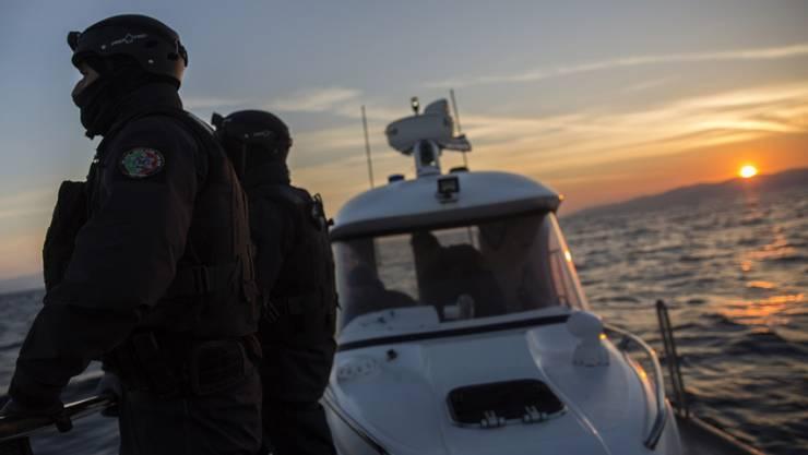 Mitglieder der EU-Grenzschutzagentur Frontex bei Sonnenaufgang nahe der griechischen Insel Lesbos. Frontex plant, im Herbst einige europäische Grenzen einem Stresstest zu unterziehen (Archiv)