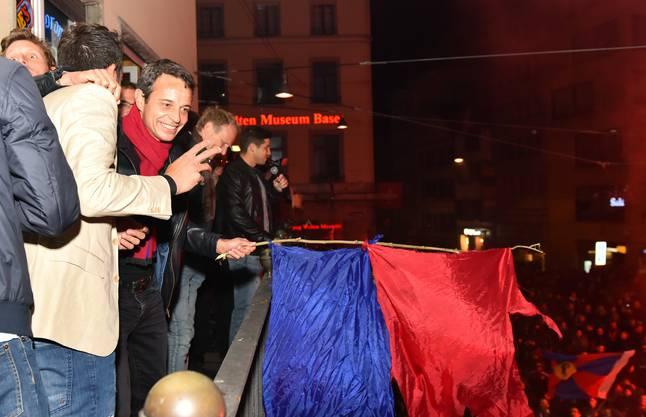 Ein ausgelassener und emotionaler Bernhard Heusler feiert mit Mannschaft und Fans.