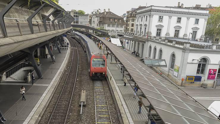 """""""Nirgends besteht derzeit so grosser Investitionsbedarf wie an den Engpässen im Grossraum Zürich"""", schreibt die Volkswirtschaftsdirektion. Ein Engpass ist Der Bahnhof Stadelhofen."""