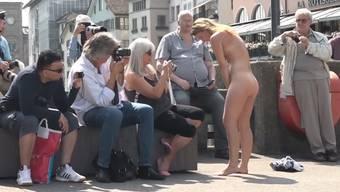 Nackte performen mitten in Zürich.