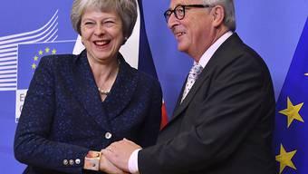 Eine entspannte britische Premierministerin Theresa May anlässlich der letzten Gesprächsrunde mit EU-Kommissionspräsident Jean-Claude Juncker in Brüssel.