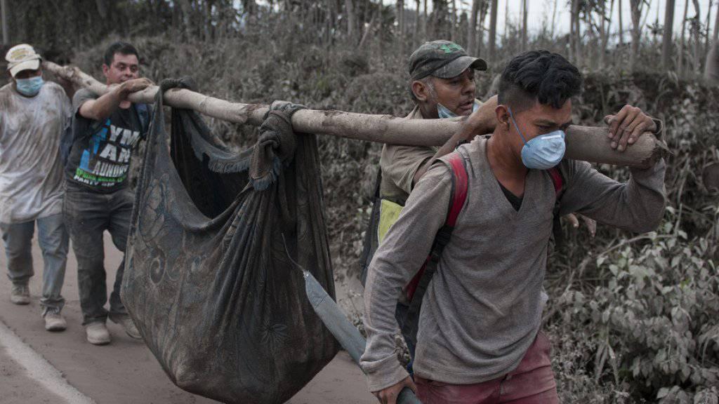Helfer bergen ein Opfer des verheerenden Vulkanausbruchs in Guatemala.