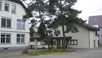 Das «neue» Schulhaus (rechts) soll saniert werden und einen zweigeschossigen Anbau erhalten.