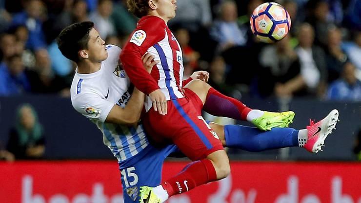 Atleticos Griezmann (rechts) behauptet den Ball gegen Malagas Federico Ricca