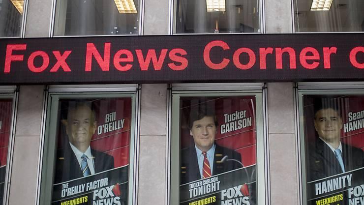 Fox-News-Hauptsitz in New York mit Grossaufnahmen der noch vor einem Jahr aktiven Star-Moderatoren, darunter Bill O'Reilly (l), der wegen Vorwürfen sexueller Belästigung gehen musste. (Archiv)