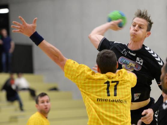 Basels Max Dannmeyer (r.) erzielt ein Tor aus der 2. Reihe.