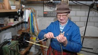 Bis ins hohe Alter hat Ernst Lüthi in seiner Werkstatt Chlausgeisseln gefertigt.