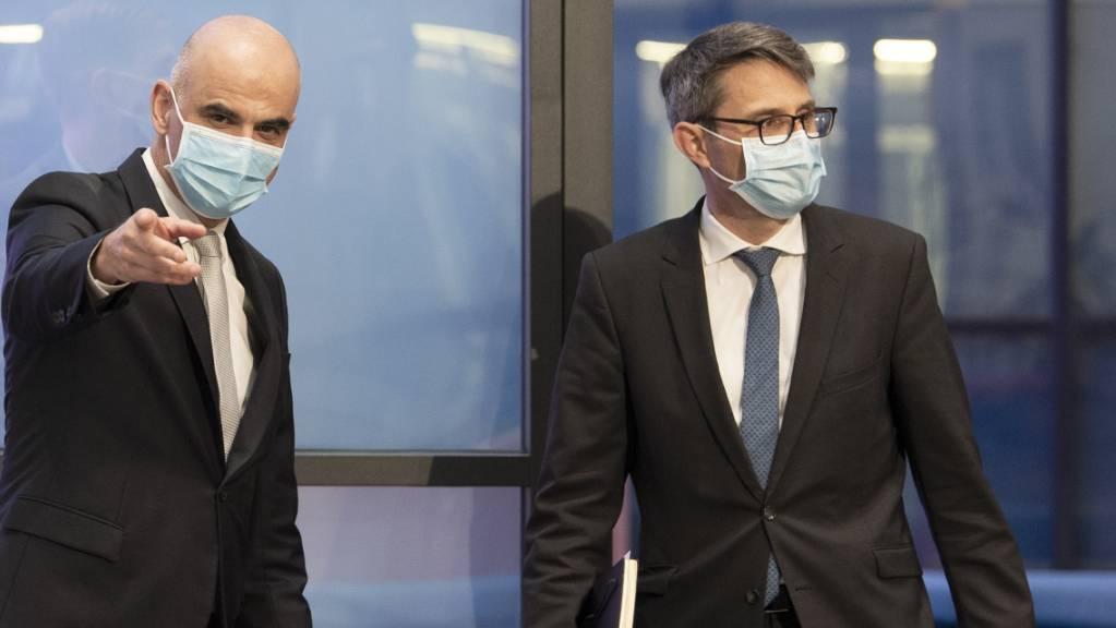 Bundesrat Alain Berset, links, und Lukas Engelberger, Präsident der Konferenz der kantonalen Gesundheitsdirektorinnen und -direktoren (GDK) vor einer gemeinsamen Medienkonferenz Anfang März in Bern. (Archivbild)