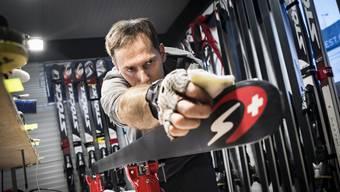 Ales Sopotnik, der Servicemann von IIka Stuhec, präpariert einen Ski für die WM-Abfahrt in Åre.
