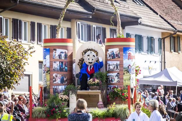 An diesem herbstlichen Sonntag wird in Döttingen alles dem Wein gewidmet. Umzug des Winzerfestes in Döttingen. Im Bild: Papa Moll wirbt für den hauptsächlich in Bad Zurzach gedrehten Film, der noch vor Weihnachten in die Schweizer Kinos kommt.