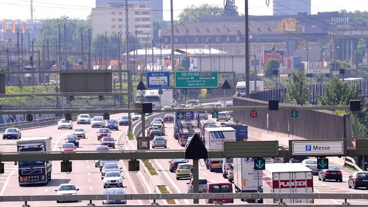 Am Freitag kam es wegen eines Unfall zu einem längeren Stau auf der Autobahn A2 bei Basel. (Symbolbild)