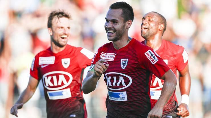 Patrick Rossini (Mitte) freut sich über seinen Treffer, mit dem er den FC Aarau in Führung schoss