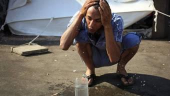 Ägypter kühlt sein Gesicht an einem heissen Ramadan-Tag in Kairo