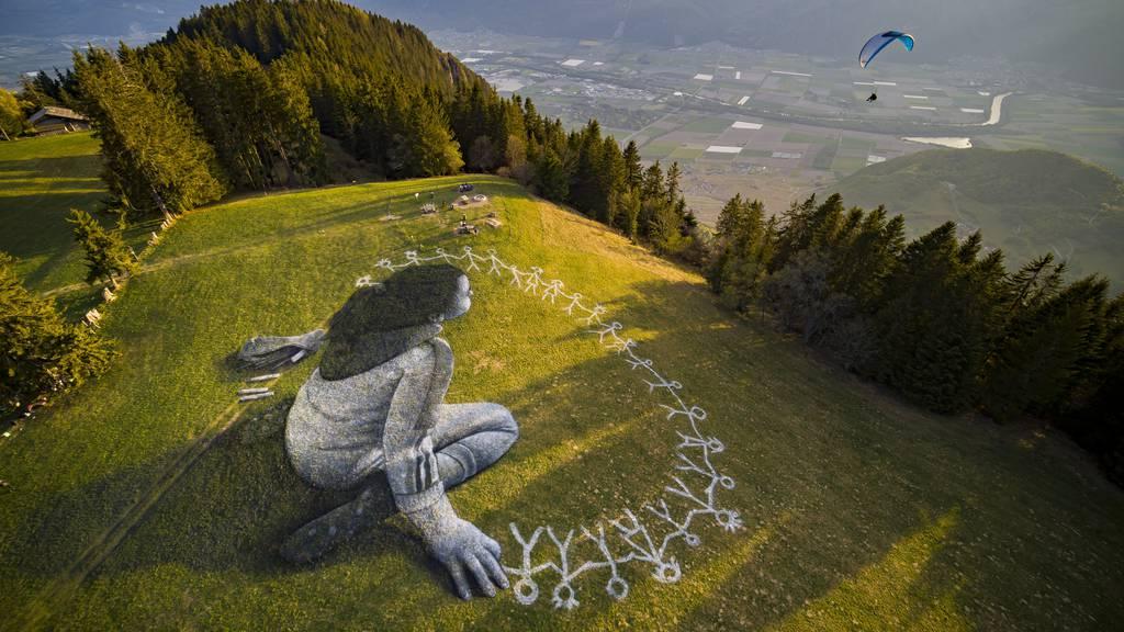 Riesiges 3D-Bild auf Bergwiese bringt Hoffnung in Corona-Zeiten