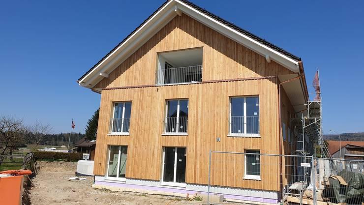 In diesem Mehrfamilienhaus in Sulz stecken 58 Kubikmeter Holz.
