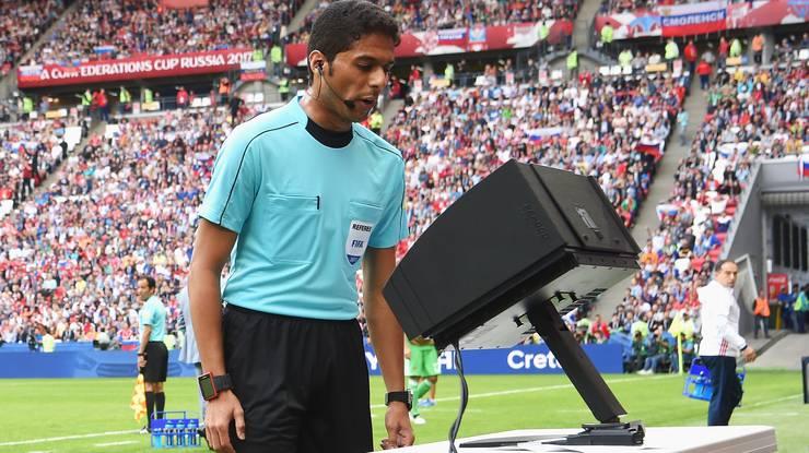 Im Fokus – der Schiedsrichter mit Videobeweis.