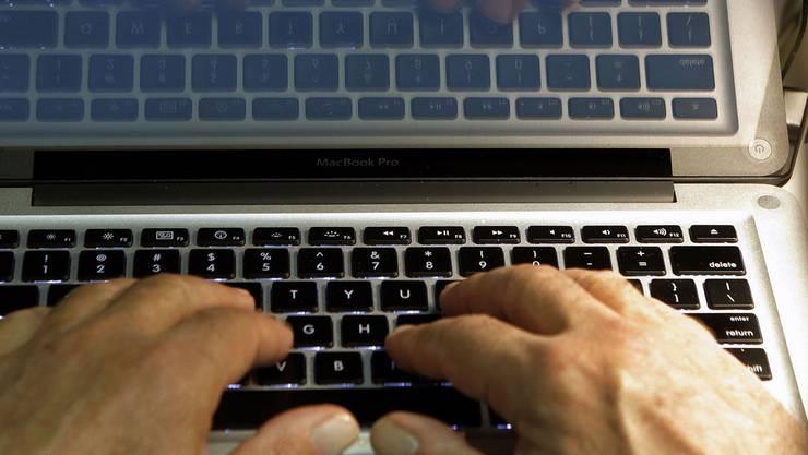 Im Kanton Zug haben zwei Internetbetrüger zugeschlagen: Eine 59-jährige Frau überwies 400'000 Franken, eine 41-Jährige 74'000 Franken. (Symbolbild)