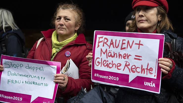 Zwei Teilnehmerinnen der Kundgebung gegen Diskriminierung von Frauen in Bern.