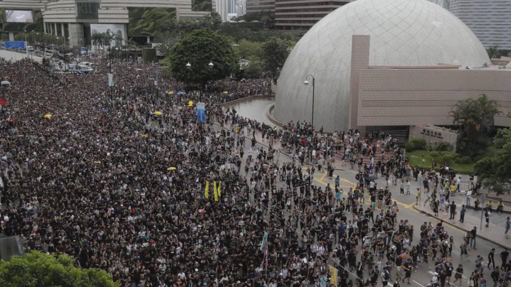 In Hongkong haben erneut Zehntausende gegen das umstrittene Auslieferungsgesetz protestiert - diesmal vor dem Schnellzugbahnhof für Verbindungen auf das chinesische Festland, um auch chinesische Touristen auf ihr Anliegen aufmerksam zu machen.