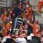 dpatopbilder - Rettungskräfte tragen ein Opfer aus den Trümmern eines eingestürzten Gebäudes. Ein starkes Erdbeben in der Ägäis hat in der Westtürkei und auf den griechischen Inseln für große Zerstörung gesorgt. Foto: Darko Bandic/AP/dpa