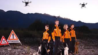 Bei der Suche nach Vermissten werden Hundeteams von Redog künftig von Drohnen unterstützt. (Bild: Redog)