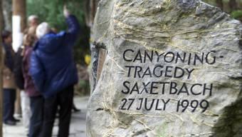 Ein Gedenkstein erinnert bis heute an die 21 Opfer des Canyoning-Unglücks im Saxetbach. (Archivbild)