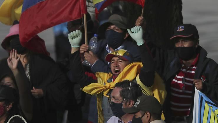 Kritiker des ehemaligen ecuadorianischen Präsidenten Correa jubeln, nachdem das Korruptionsurteil gegen Rafael Correa von einem Gericht bestätigt wurde. Foto: Dolores Ochoa/AP/dpa