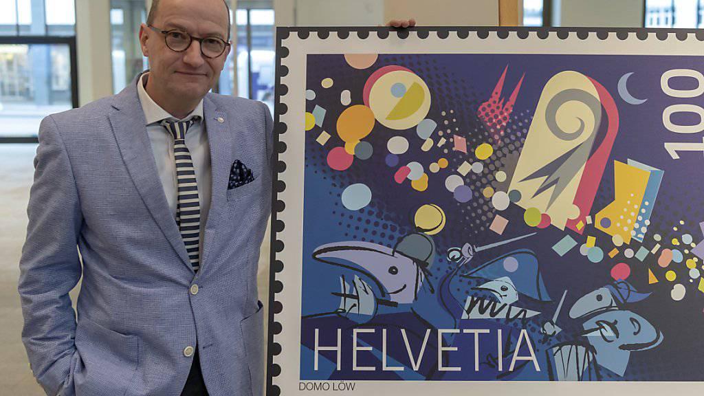 Domo Löw posiert neben der von ihm entworfenen Sonderbriefmarke zum Thema Fasnacht, in Basel am Donnerstag, 24. Januar 2019. Die Schweizerische Post widmet dem Thema Fasnacht eine neue Sondermarke aus Anlass der Aufnahme der Basler Fasnacht auf die Liste des immateriellen Kulturerbes der Unesco.
