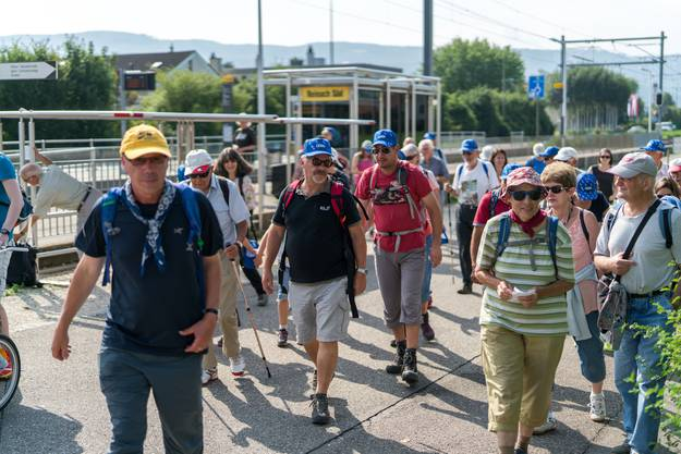 52 Leserwanderinnen und Leserwanderer machten sich an diesem heissen Mittwoch auf den Weg, davon 14 Kinder