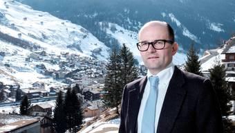 Hoch über der Therme und dem Dorf: Investor Remo Stoffel auf dem Balkon einer Suite seines Valser Hotels.