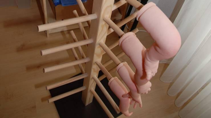 Die bemalten Teile werden zum Trocknen aufgehängt, danach wir das Reborn Baby zusammengebaut.