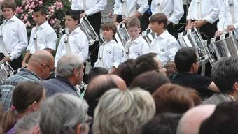 Konzert und CD-Taufe: DieTambouren bei ihrem Auftritt beim Erdbeeribrunnen. mhu