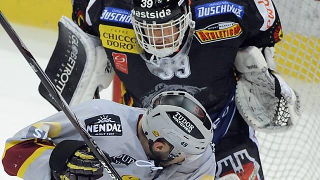 SCB-Goalie Bührer (hinten) vom Genfer Dan Fritsche geprüft