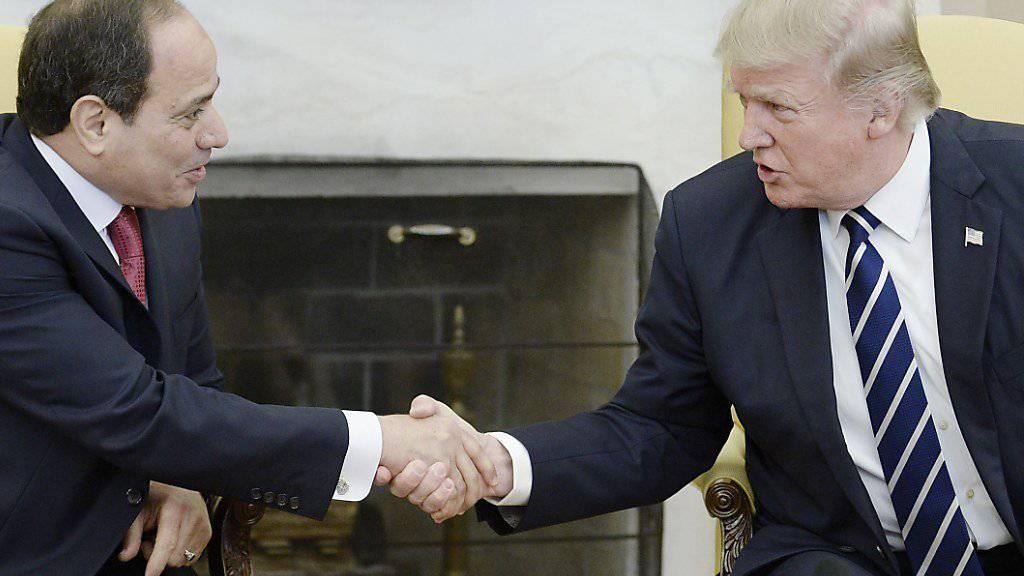Freunde vor der Welt: US-Präsident Donald Trump (rechts) soll seinem ägyptischen Amtskollegen im Weissen Haus vor laufenden Kameras am Montag zwei Mal die Hand geschüttelt haben - der deutschen Bundeskanzlerin Angela Merkel hatte er den Handschlag m selben Ort demonstrativ verweigert.